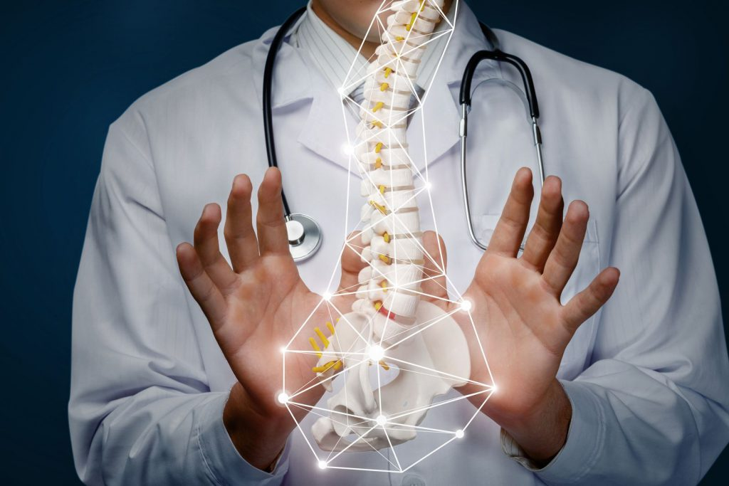 Osteopata mani colonna vertebrale sacro lombare